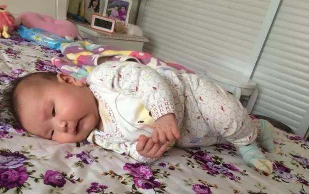 宝宝不到1个月就会翻身 到医院检查后 全家人心如刀割