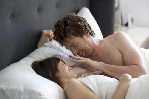 「夫妻在床上」的圖片搜尋結果