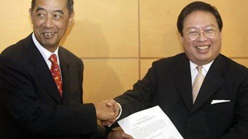 香港前高官何志平(右)涉代表中资公司贿赂非洲国家政府,违反《反海外腐败法》及洗黑钱罪在纽约被美国当局拘捕,面临最高85年徒刑。(图片来源:维基百科)