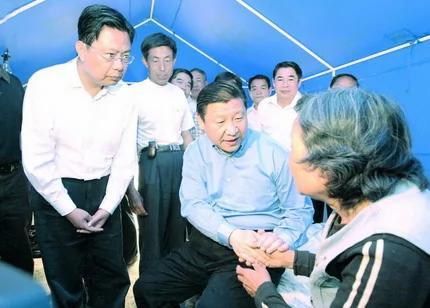 2008年时任陕西省委书记的赵乐际(左一)陪同习近平考察灾区。