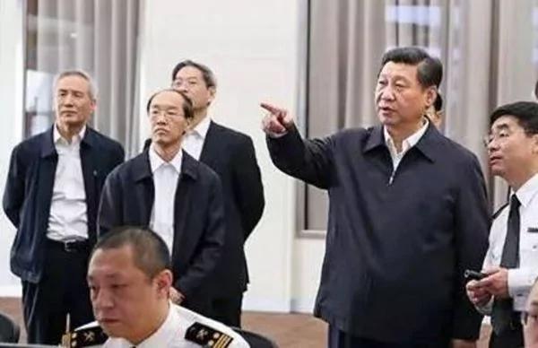 习近平(右二)出访,刘鹤(左)往往都紧跟其后。
