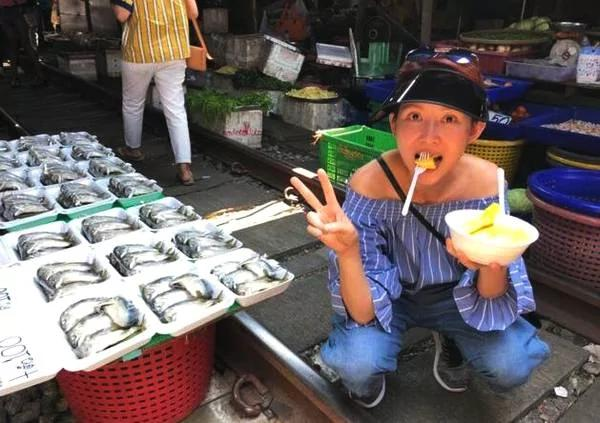 蔡少芬人日庆生晒照 菜市场街头不亦乐乎吃美食