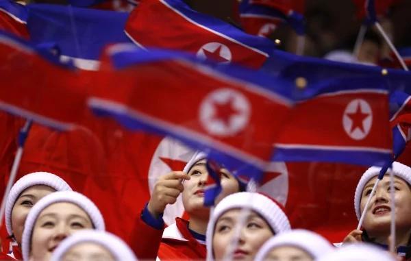 北韩啦啦队员错帮美国鼓掌 队友全吓坏