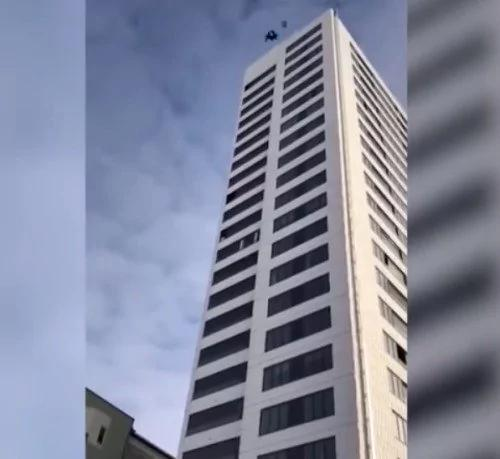 路人目睹男子24楼跳伞失败坠地 结果出乎意料