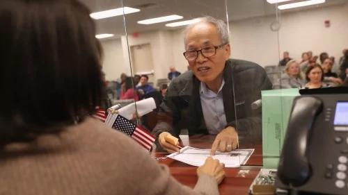 等了34年! 103岁华裔老人最终喜获绿卡