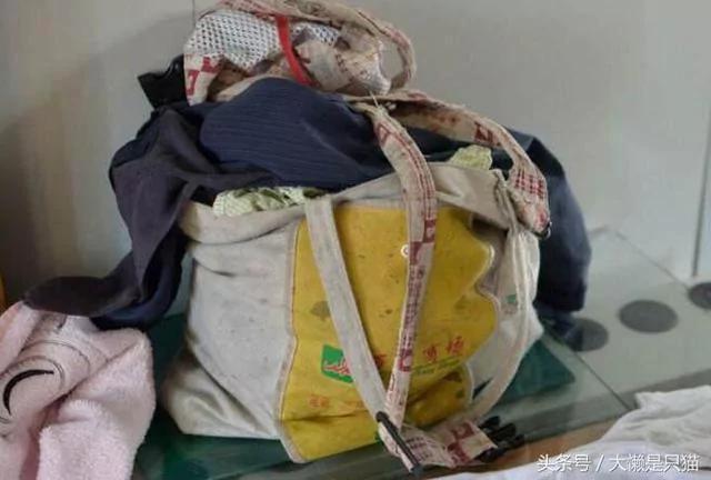 兒媳生娃我借錢送去兩萬 回來兒媳給我一袋舊衣 打開袋子我哭了!
