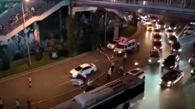 没钱治病!他从天桥扔下患癌孩子…