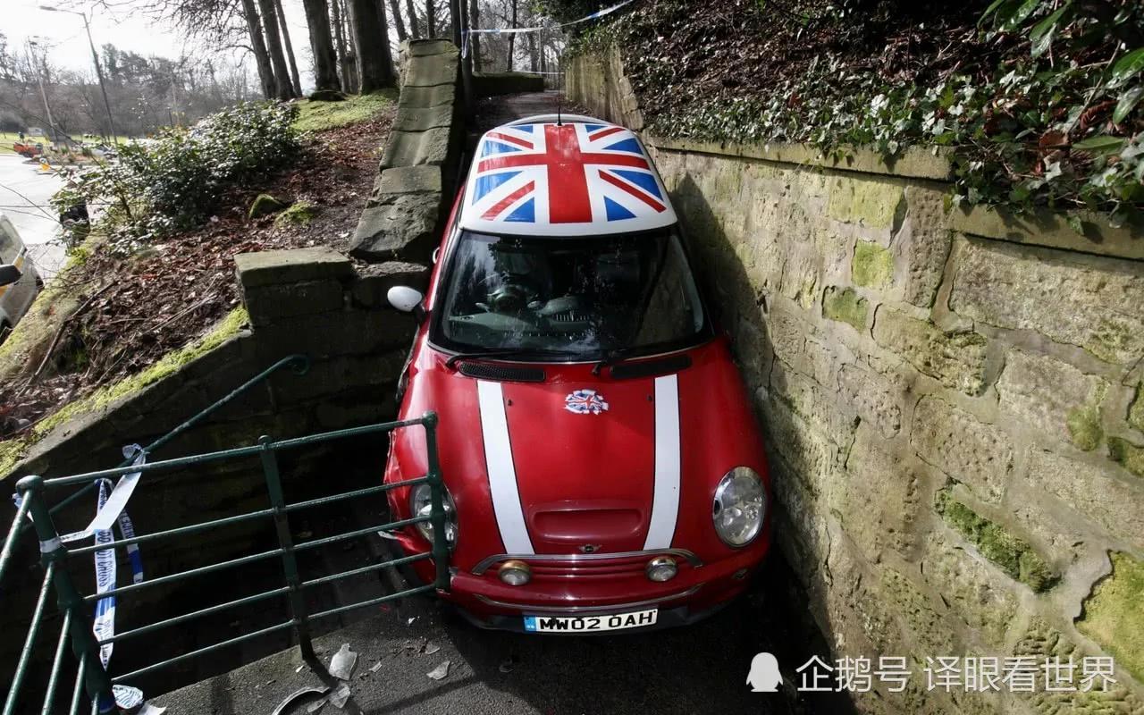 是不是傻?英国笨贼模仿电影 开车下楼梯被卡!