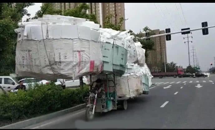 高手在民间!实拍阜阳一电动三轮装下几倍车身大小货物!