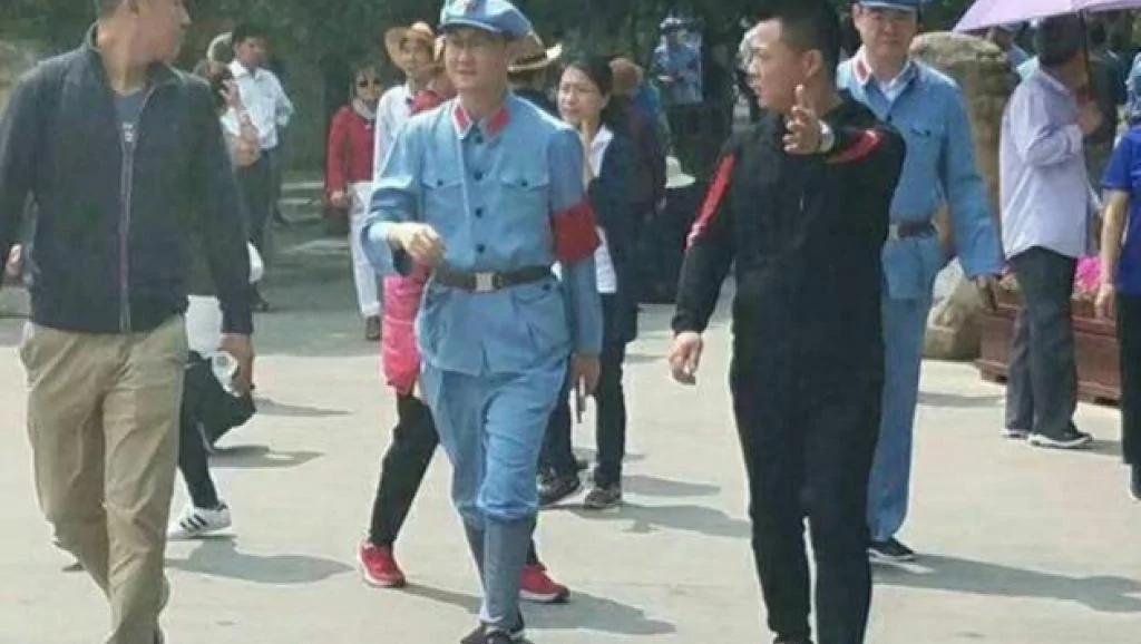 马化腾与刘强东红军服访延安疑被指染红保身
