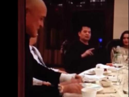 2015年4月6日,毕福剑在酒桌上唱戏调侃毛泽东